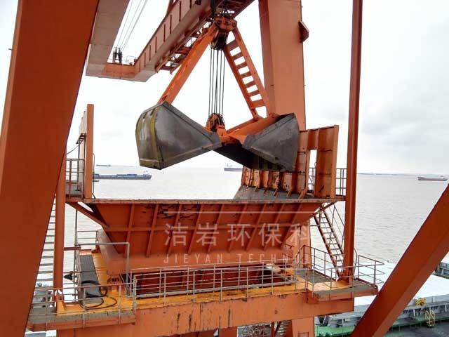 电厂卸船机,电厂卸船机干雾抑尘,电厂卸船机治尘现场案例